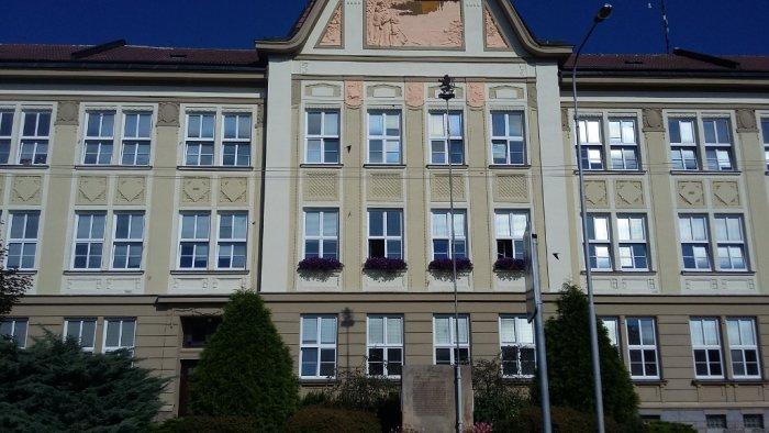 Školní budova - dodávka a montáž plastových oken